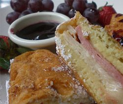 Sandwich Monte-Cristo Cette variante américaine du croque-monsieur a été servi pour la première fois dans les années 50 en Californie. - See more at: http://www.club-sandwich.net/recettes/sandwich-monte-cristo-126.php#sthash.Zlliq2oN.dpuf