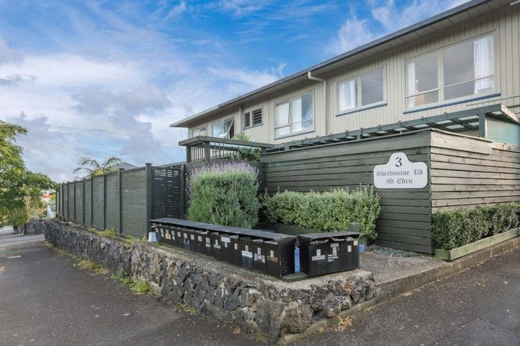Looking for a great rental investment or your first home?  Then stop - here it is!  • Single level 1970s upstairs unit/apartment with carpark  • Concrete block ...
