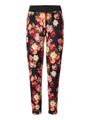 The floral print is perfect for your next summer outfit! #veromoda #floral #trousers #flowers #print #fashion