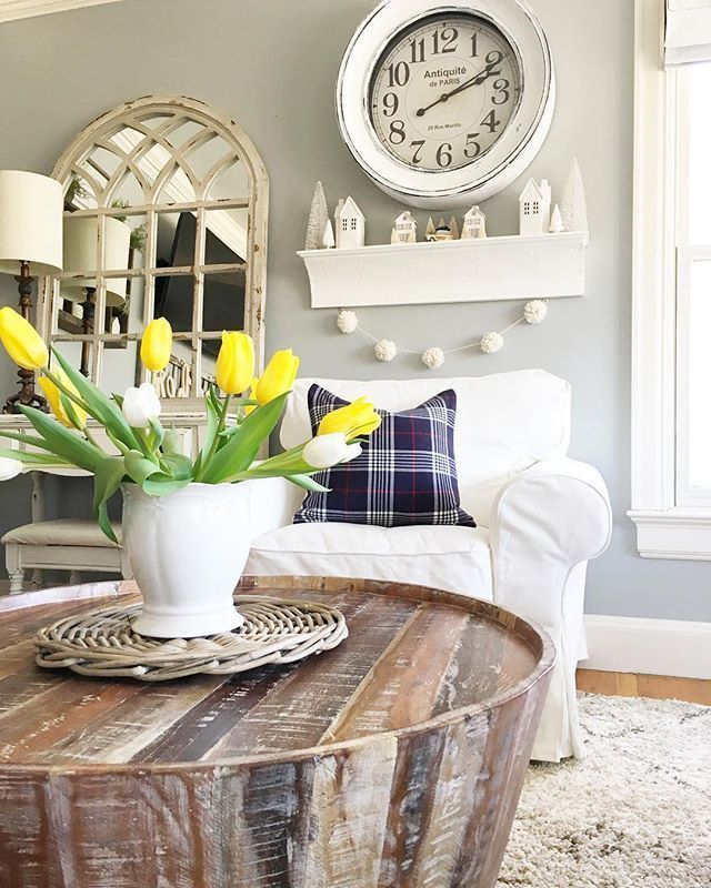 Angela of angles cozy home stopped by her local Annie Sloan Stockists, Red Hill Home, to spruce up the clock in her loving room. She used Chalk Paint® in Pure White to give it a new look.