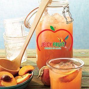 Acompaña tu almuerzo con una rica y refrescante limonada de Duraznos Jeicy Fruit prepáratela es súper fácil. Ingredientes : Para (8 vasos) 4 tazas de agua. 2 tazas de duraznos de Jeicy Fruit picadito. 3/4 taza de azúcar. 1 taza de jugo de limón fresco (alrededor de 6 limones). 4 tazas de hielo. 1 durazno de Jeicy Fruit, picado en 8 trozos.