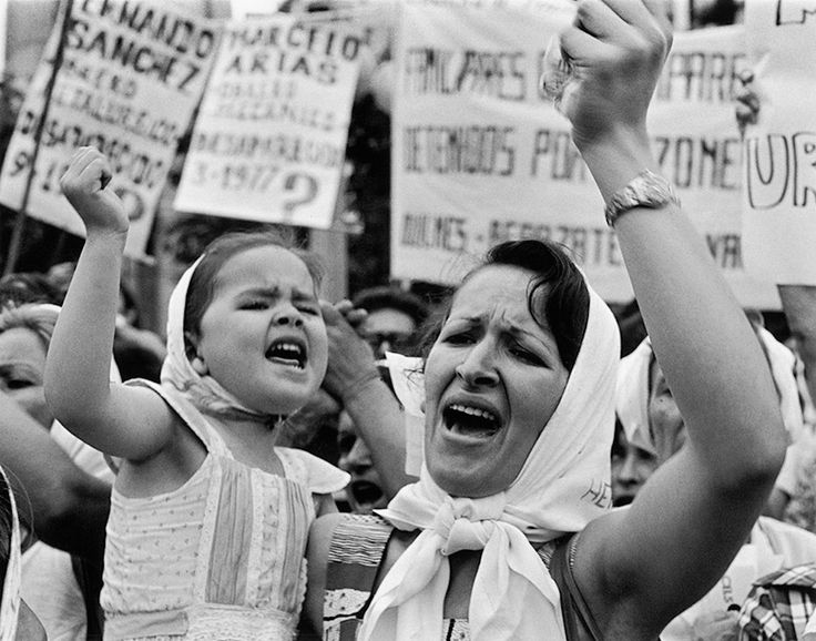 Madre e hija de Plaza de Mayo, Adriana Lestido, 1982.