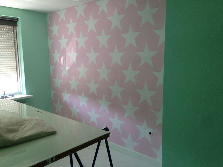 Babykamer mintgroen met lichtroze muren!
