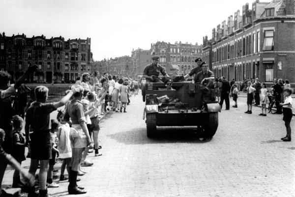 1945, Canadese militairen verlaten de stad via het Lisplein, op de achtergrond de Bergselaan en de Schiebroekselaan Colectie Stadsarchief Rotterdam