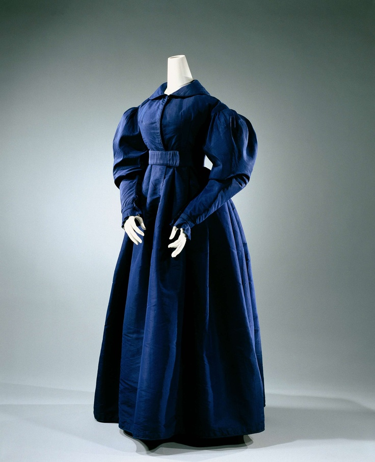 Redingote or jasjurk of midnight blue silk, with short body with flat round collar, leg of mutton sleeves and a foot free, wide skirt with a wide belt, anonymous, ca 1825 - ca 1830 (PRETTY!)