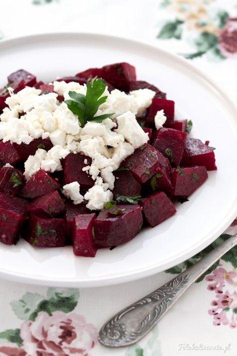 Pieczone buraki z fetą, zieloną pietruszką i lekkim dressingiem z oliwy i cytryny, to świetna przekąska lub dodatek.