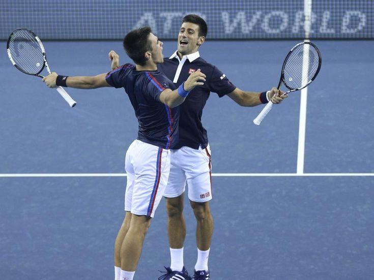 Los tenistas serbios Novak Djokovic (d) y su compañero y hermano Djordje Djokovic (i) celebran un punto ante la pareja formada por Mao-Xin Gong (China) y Michael Venus (Nueva Zelanda) durante el partido correspondiente a la primera ronda del Abierto de China disputado en el centro Nacional de tenis de Pekín, China