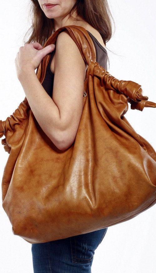 Gerçek bir bayan gerekli olan her şeyi koymak için büyük deri çanta sahibi olmak zorunda olduğu bilinen bir gerçektir ve o büyük deri çanta yanında modaya uygun ve şık görünmek önemlidir. İşte size bazı Modeller…..  Kahverengi Büyük Deri Tote Çanta  XL Deri Süet Çanta  Erotokritos Çanta Büyük Basquet Deri Çanta  Siyah …