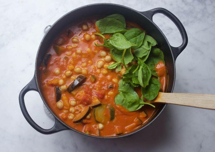 Een zoete aardappel stoofpot midden in de zomer? Klinkt raar maar kan prima! Deze stoof is namelijk heerlijk met een frisse salade.