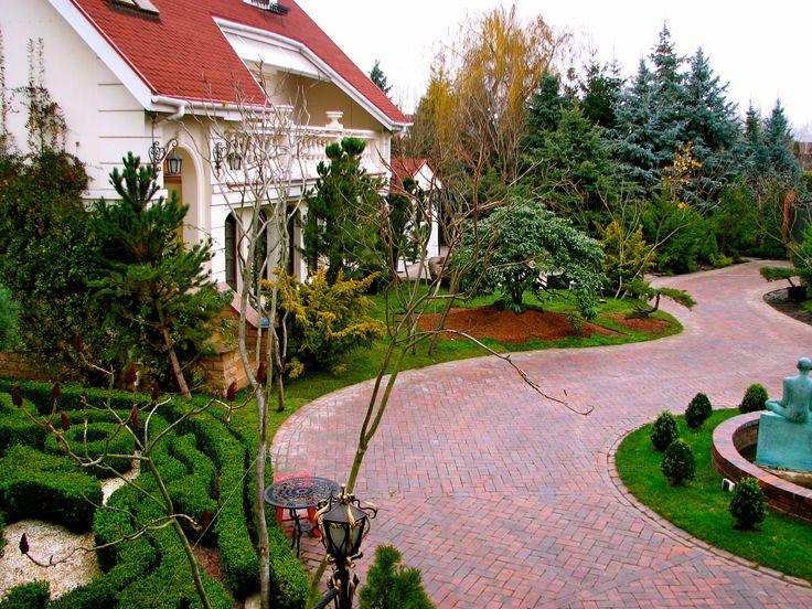 Активные молодые люди оценят японский сад, ведь он готов терпеливо ждать хозяев и всегда наполнять участок вокруг дома красотой и спокойствием. Ландшафтный дизайн реализован студией Укр Ландшафт www.ukrpark.com