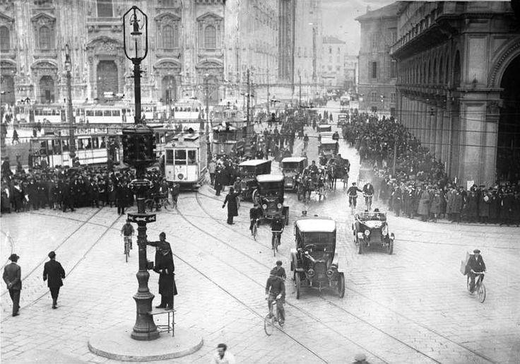 1925 - inaugurazione del primo semaforo italiano. piazza duomo - via orefici - via torino