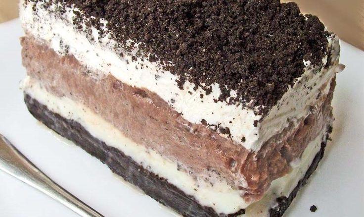 Το γλυκό ψυγείου με Όρεοείναι ένα τέλειο καλοκαιρινό γλυκό !, Είναι απίστευτα ελαφρύ και πεντανόστιμο ! Εκτέλεση Θρυμματίζετε τα μπισκότα Όρεο στο μπλέντερ μέχρι να γίνουν πούδρα. Κρατήστε στην άκρη 1 φλιτζάνι περίπου για να πασπαλίσετε το γλυκό. Σε ένα μικρό μπολ ανακατεύετε το τρίμμα Όρεο με το βούτυρο. Βάζετε το μπισκοτοβούτυρο σε ένα ταψί …