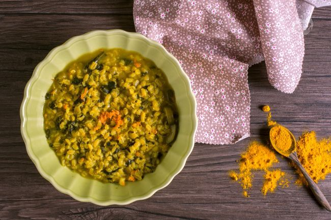 La zuppa d'orzo verdure e curcuma è una pietanza  genuina dai sapori rustici, perfetta per i menu invernali.