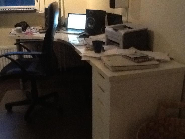 Paskanen työpöytä musahuoneeseen.