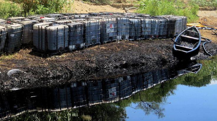 """CONTAMINACION AMBIENTAL EN MEXICO. Imagen distribuida por Greenpeace de un río contaminado en México el miercoles 24 de septiembre de 2014. Greenpeace, a través de la campaña """"Tiempo de Héroes"""", exhortó a los mexicanos a convertirse en héroes para defender el medio ambiente, al considerar que el Gobierno nacional está a punto de abrir las puertas para una """"devastación"""" sin precedentes en el país. Con un nuevo grupo de reformas, """"Peña Nieto está a punto de abrir ..."""