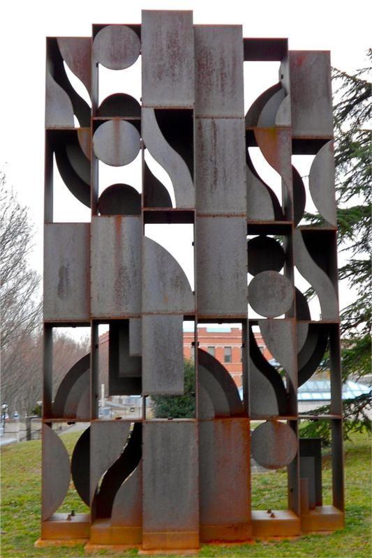 Atmosphere and Environment X - Louise Nevelson - 1969, geometrisch=Wiskundig: vormen die je met de passer en je liniaal kunt maken. Open/ gesloten= Bij een open vorm speelt de tussenruimte of binnenruimte een belangrijke rol. Bij een gesloten vorm kun je de binnenkant van een vorm niet zien, bij open vorm kan je er in of er doorheen kijken