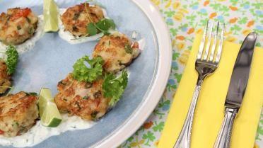Koekjes van scampi en krab met yoghurt-muntsaus