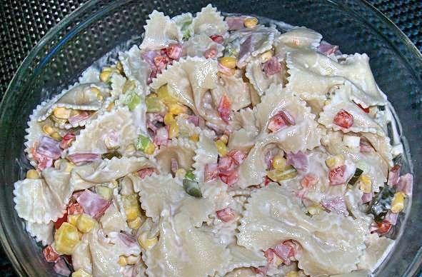 Salata de pasta Paste mini farfalle( funtite) 1 conserva porumb 7-8 felii de salam, sunca sau ce doriti( poate fi chiar si resturi de friptura) 2-3 castraveti murati ( sau