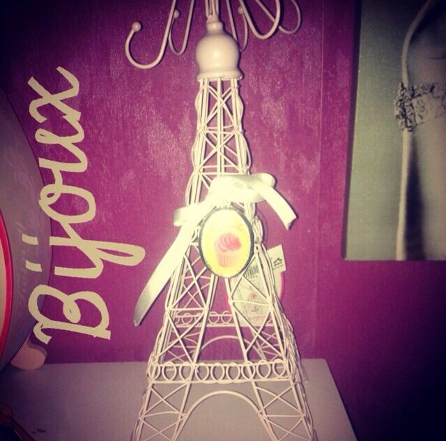 Pink  back, Eiffel Tower & Carry jewel