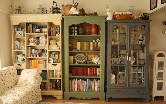 Se você não gosta de estantes, também dá para guardar seus livros dentro de um armário. Se ele tiver as portas de vidro, os livros ficam à mostra para que todo mundo fique com vontade de ler, o que é muito mais legal!