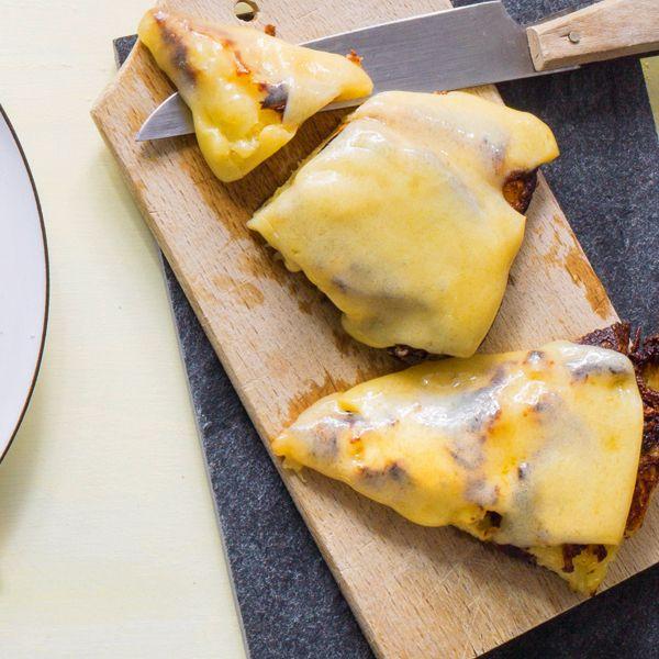 Die Schweizer lieben ihren Käse und verwenden ihn in der Küche allzu gern. Hier belegen sie einen Rösti mit Bergkäse.