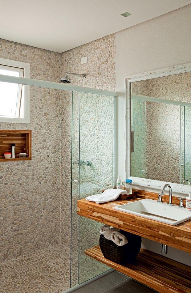 Banheiro | A arquiteta Ana Karina Abud aplicou as placas de seixos telados somente na área molhada (Foto: Edu Castello/Editora Globo)