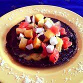 Glutenvrije cacao pannenkoeken met tropisch fruit (haver- en boekweitmeel, cacao poeder, baking soda, vegetarische melk, ahornsiroop, vanille poeder en notenpasta)