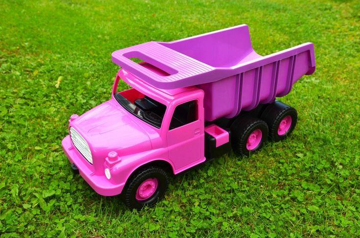 Legendární plastová Tatra 148 v unikátní růžové barvě známá mezi dětmi i rodiči. Tato klasická hračka na písek má širokou korbu, na které se děti mohou vozit. Nové zpracování s inovacemi, avšak stejně kvalitní jako tenkrát. Této barevné variantě neodolá žádná malá holčička.