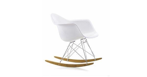 Eames Plastc Armchair RAR gungstol med vitt skal, kromat stativ och medar i lönn. Eames Plastic Rocking Chair är en omarbetad variant av Eames legendariska Fiberglass Chair. Då den först presenterades 1950 var den först på plan som industriellt tillverkad plaststol, av helt genomfärgad polypropylen. Genomfärgningen är gjord för att den ska tåla många års tufft slitage utan påverkan på färgen.