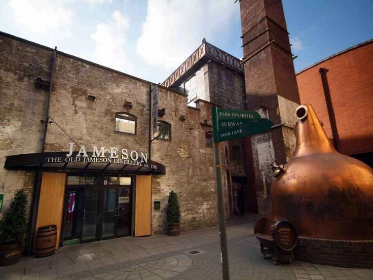 My review on the Jameson Distillery Tour, Dublin, Ireland (the best hot whiskey in Dublin!!) www.ablondeinanairport.com