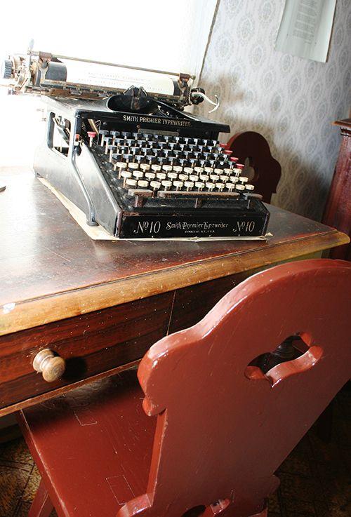 On helppoa kuvitella talon isäntä kirjoittamaan kirjoituskoneella kirjettä kauempana asuville sukulaisille. Oulu (Finland)