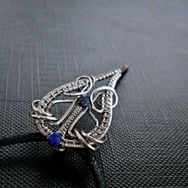 Něžný uličník - přívěsek Přívěsek z oceli a broušených rondelek lapisu lazuli je vyroben technikouwire-wrapping. očko pro zavěšení je schováno za přívěskem. Přívěsek je zavěšen na černé voskované šňůrce o délce 52 cm. Na přání mohu zkrátit, nebo vyměnit za ocelový řetízek. Délka: 4,8 cm i s očkem pro zavěšení. Nerezová ocel vyniká jedinečnými ...