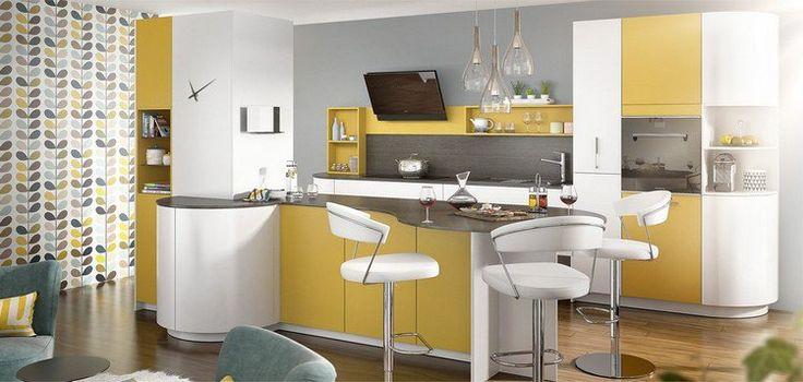 îlot de cuisine en jaune, blanc et noir, peinture grise et papier peint assorti - design par Mobalpa