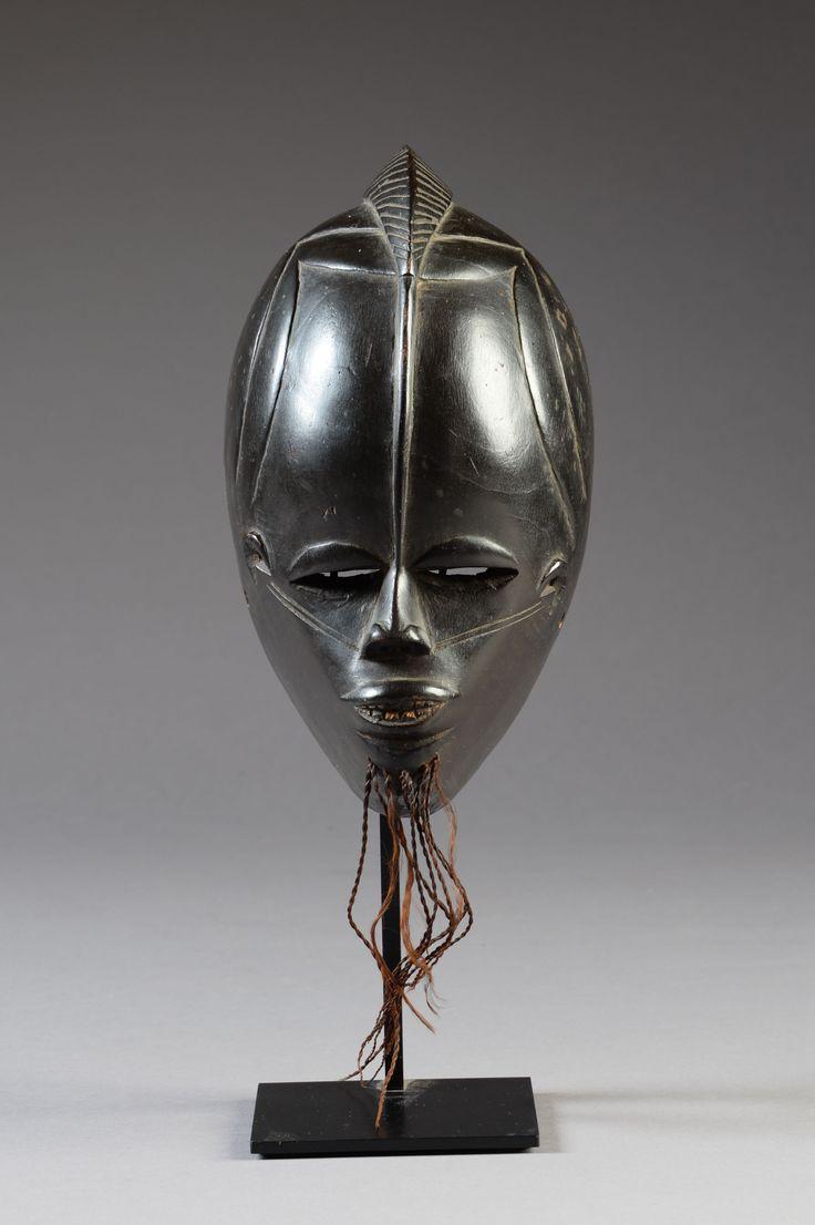 Lot : Masque facial Gouro-Bété, Côte d'Ivoire  - Bois, patine d'usage laquée[...]   In the sale Art Africain et Océanien at Salle des ventes de Chinon