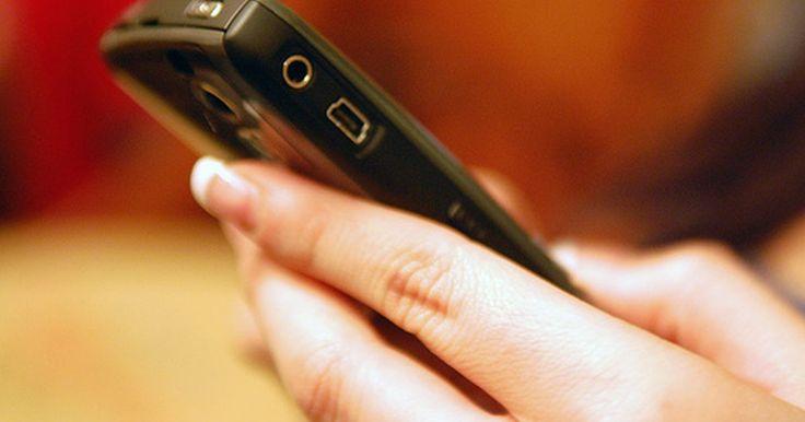 """¿Cómo puedo seguir la pista de los mensajes de texto anónimos enviados al celular?. Son las 3 de la mañana y tu teléfono empieza a sonar, alguien te está mandando un mensaje de texto. ¿Pero quién? Miras en el teléfono y dice """"Número anónimo"""" en la pantalla. Cinco minutos después, te llega otro mensaje. Después otro. ¿Qué haces? Seguir la pisa de los mensajes de texto anónimos puede ser un reto, pero las leyes anticiberacoso hacen ..."""