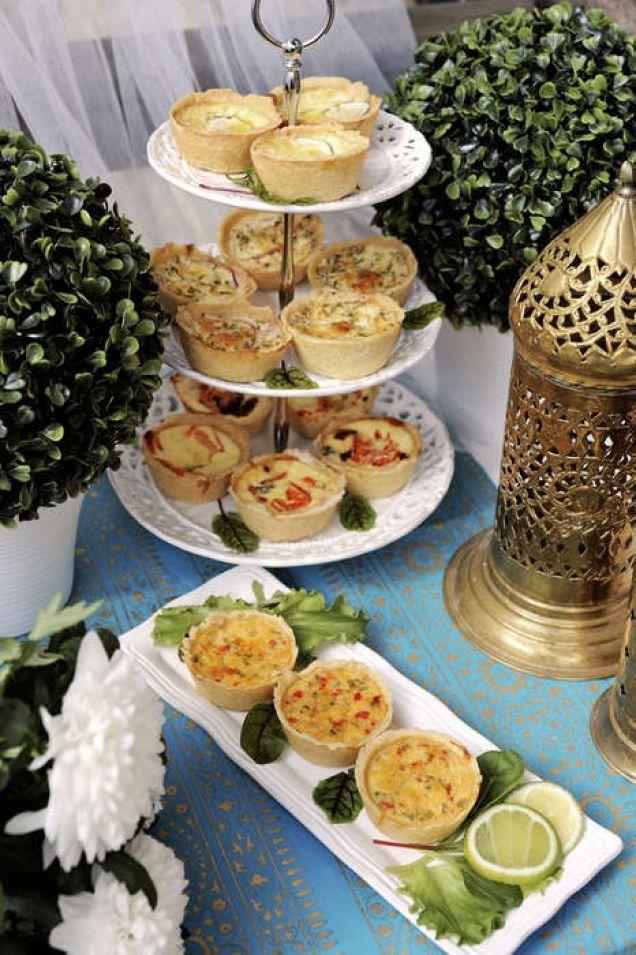 Små minipajer gräddade i muffinsbleck är trevlig buffémat. Vill man bjuda på flera olika sorters pajer är det enkelt dela upp basfyllningen och blanda i olika smaksättningar. Räkna med 3-4 små pajer per person.