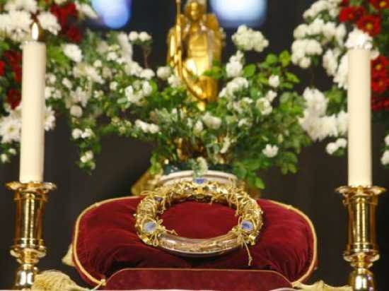 Las reliquias de la Pasión presentadas en Notre-Dame de Paris se componen de una pieza de la Cruz, que se había mantenido en Roma y entregada por Santa Elena, madre del emperador Constantino, un clavo de la Pasión y la Santa Corona de Espinas. De éstas reliquias, la corona de espinas, es sin duda la más preciada y la más venerada.   A pesar de numerosos estudios y trabajos de investigación histórica y científica, su autenticidad no puede ser certificada.