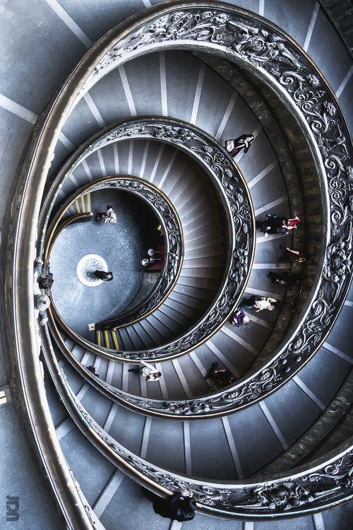 ❦ ITALIA - Roma, Museu Vaticano a saída