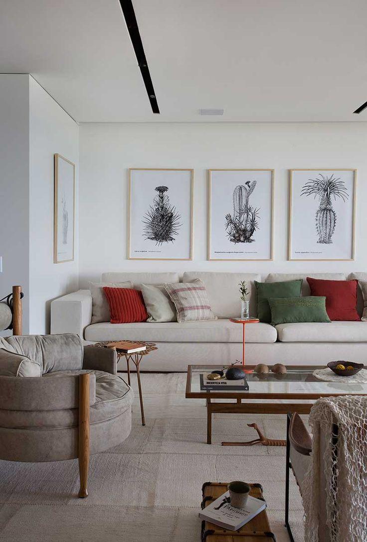 Decoração De Apartamento Contemporâneo. Na Sala Tons Neutro, Poltrona  Cinza, Mesa De Centro