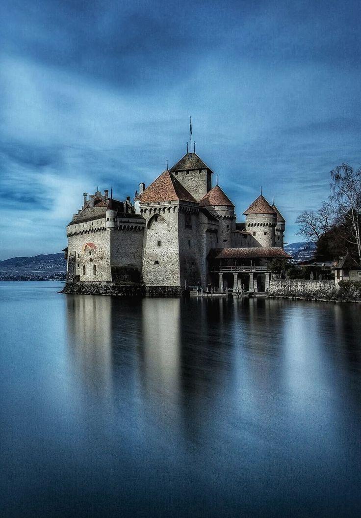 Шильонский замок (Château de Chillon) расположен на берегу Женевского озера, в 3 км от города Монтрё (Montreux) в Швейцарии