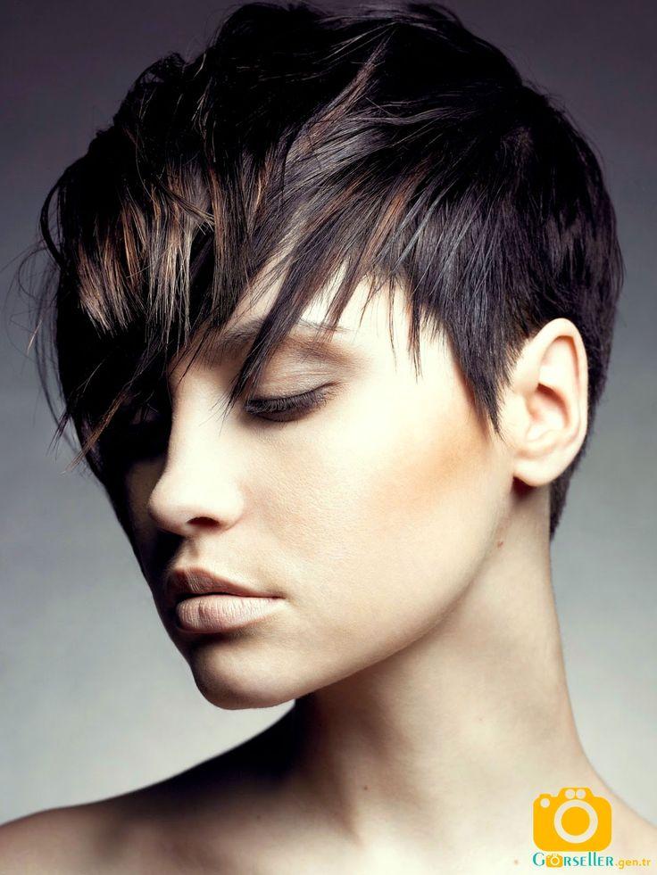 Gözü kapatan kısa saç modelleri 2017 görseller kataloğundaki en güzel resmi paylaştım. Saçın ön tarafı gözü kapatacak şekilde aşağı doğru kesilmiş saç modeli tarzında bir resim arayanlar için güzel bir saç kesimi diyebilirim. Saçın faulleri üçgen şeklinde kesileren öne doğru…