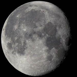 """O nosso único satélite natural, a Lua é um corpo rochoso com imensas crateras e """"mares"""", partes mais escuras e planas, compostas de basalto."""