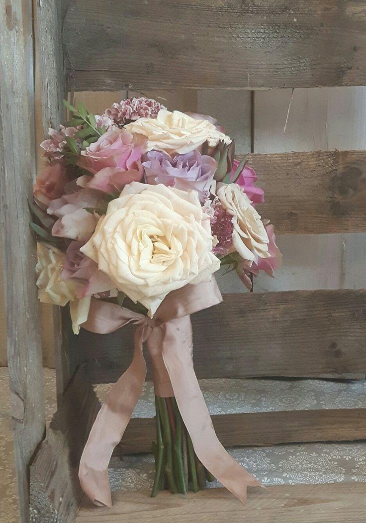 Pastelowy bukiet ślubny - propozycja dla romantycznej Panny Młodej. #slub #wedding #flowers #kwiaty #florystyka #bukiet #pannamłoda