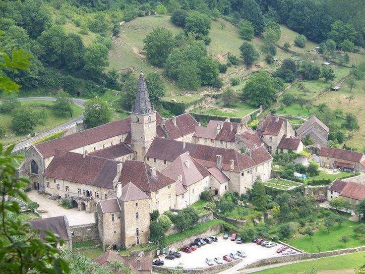 La Bourgogne se décline en une mosaïque de pays ayant chacun sa saveur, ses senteurs, ses couleurs… Il ne faudrait pas réduire la Bourgogne à la prestigieuse route des vins. Terre d'histoire au carrefour des grandes routes terrestres et fluviales, culturelles et économiques, françaises et européennes, la Bourgogne vous tend les bras lors d'un séjour. En savoir plus sur…