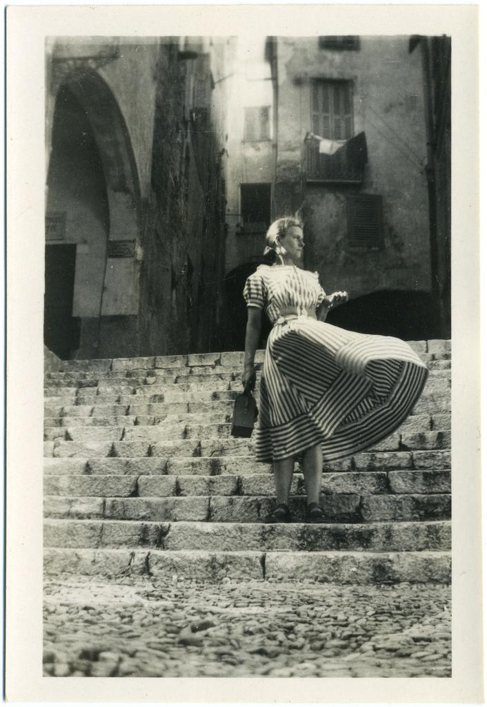 > dress - stairs - wind. ca. 1950