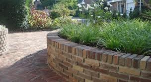 hoogteverschil tuin oplossen mooi muurtje mag iets