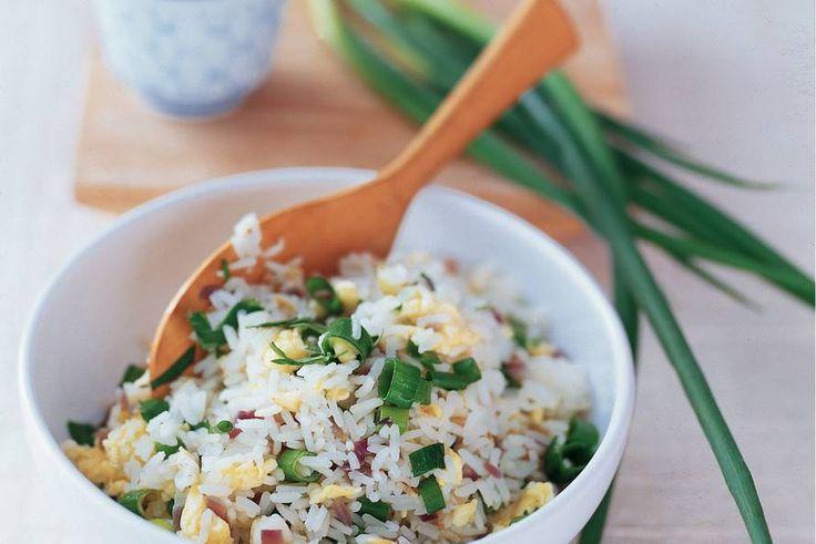 Kijk wat een lekker recept ik heb gevonden op Allerhande! Gebakken rijst met bosui en koriander