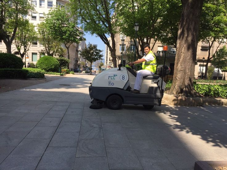 Barredora Tennant 4100 en parque La Marina en Vigo con FCC. Un mito de la limpieza vial