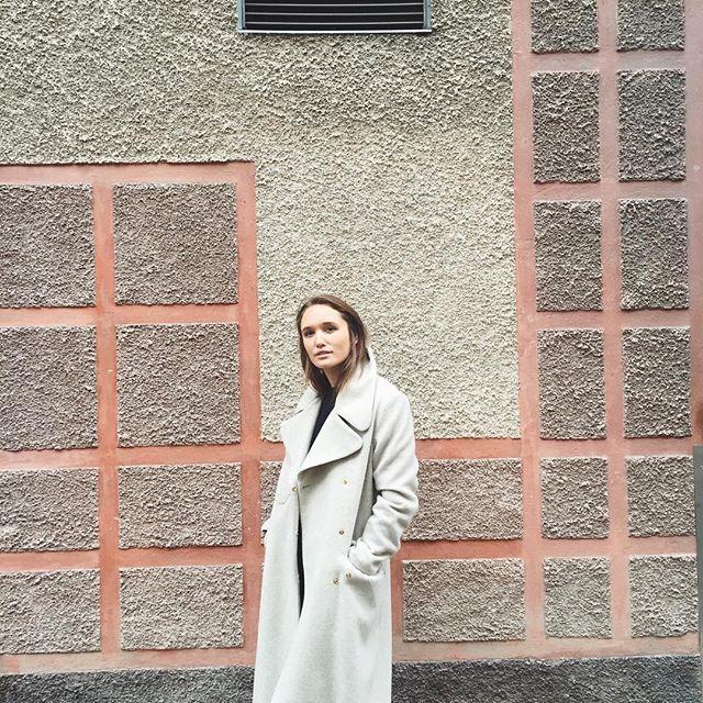 'Drake Coat' in color dove, here worn by Caroline Sandström
