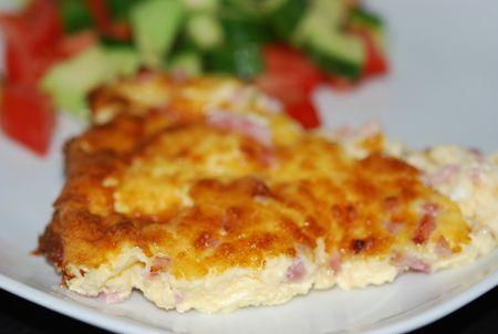 Till lunch i dag blev det ost & skinkpaj. Nästan. Jag hoppade över själva pajdegen. Så egentligen kanske man ska kalla det omelett? Gott och enkelt är det iallafall!! Jag använder färdigstrimla…